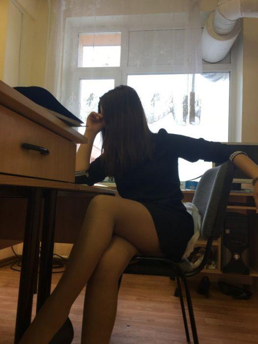 Брюнетка вслед за столом