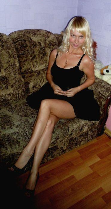 Блондинка во черном платье