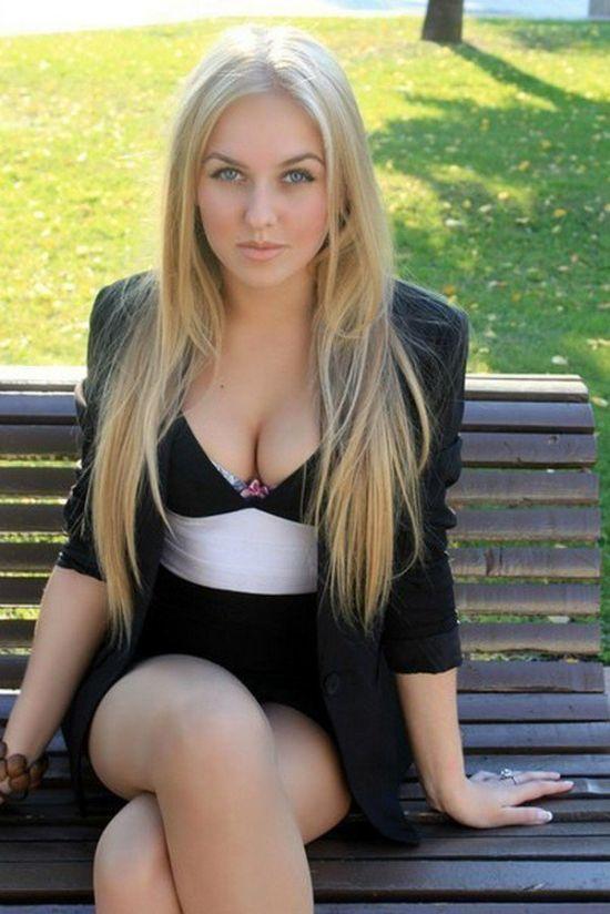 Блондинка в короткой юбки