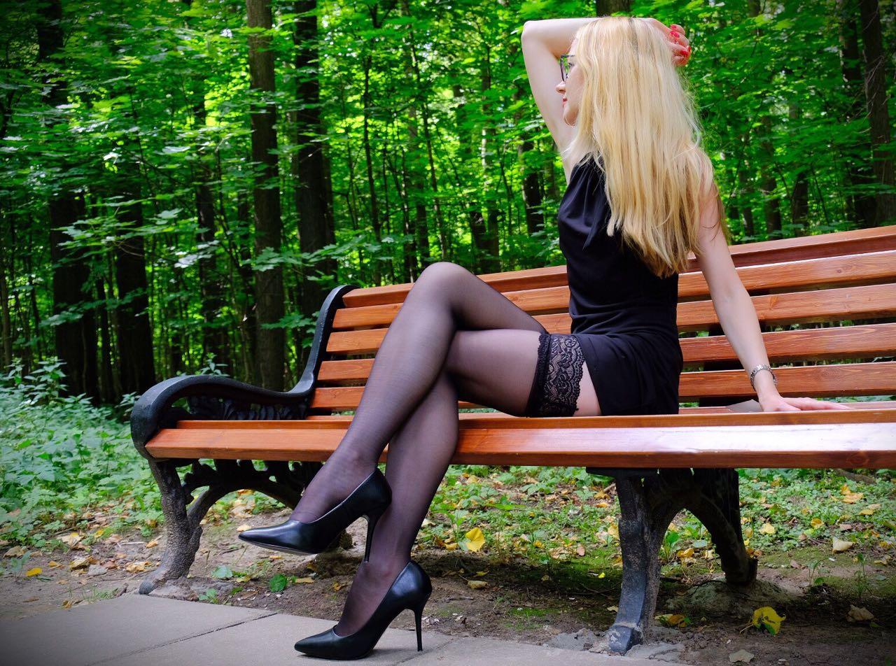 фото мини юбки сидеть нога на ногу еще