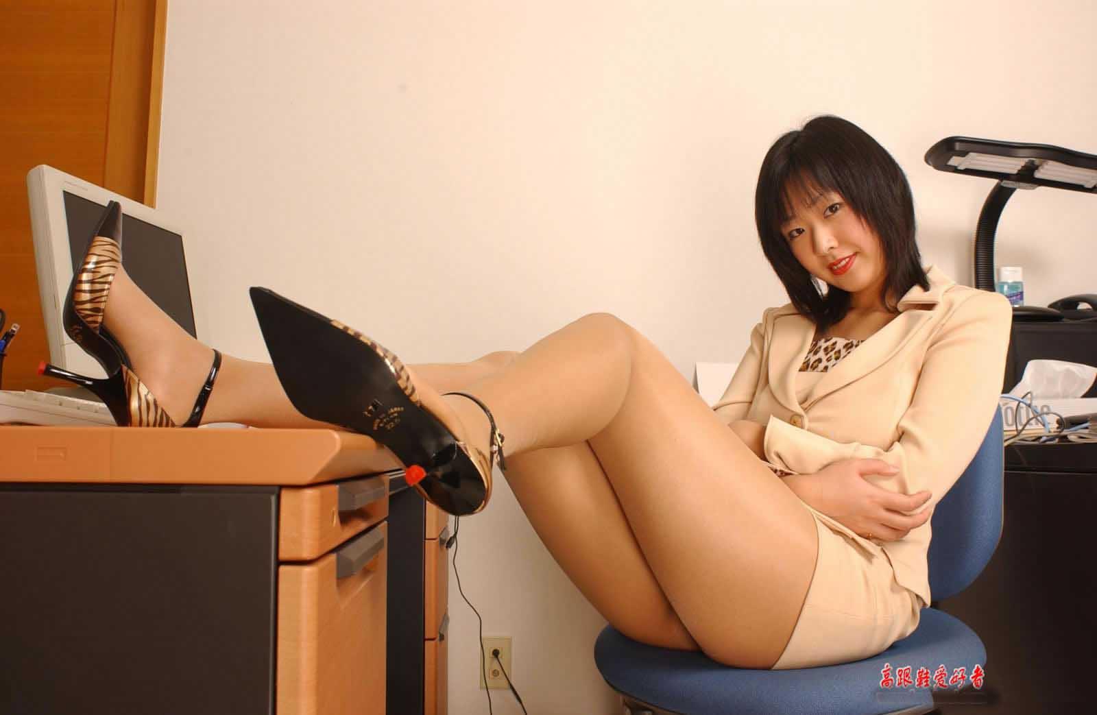 Девушки в мини юбках на работе фото девушки на работу