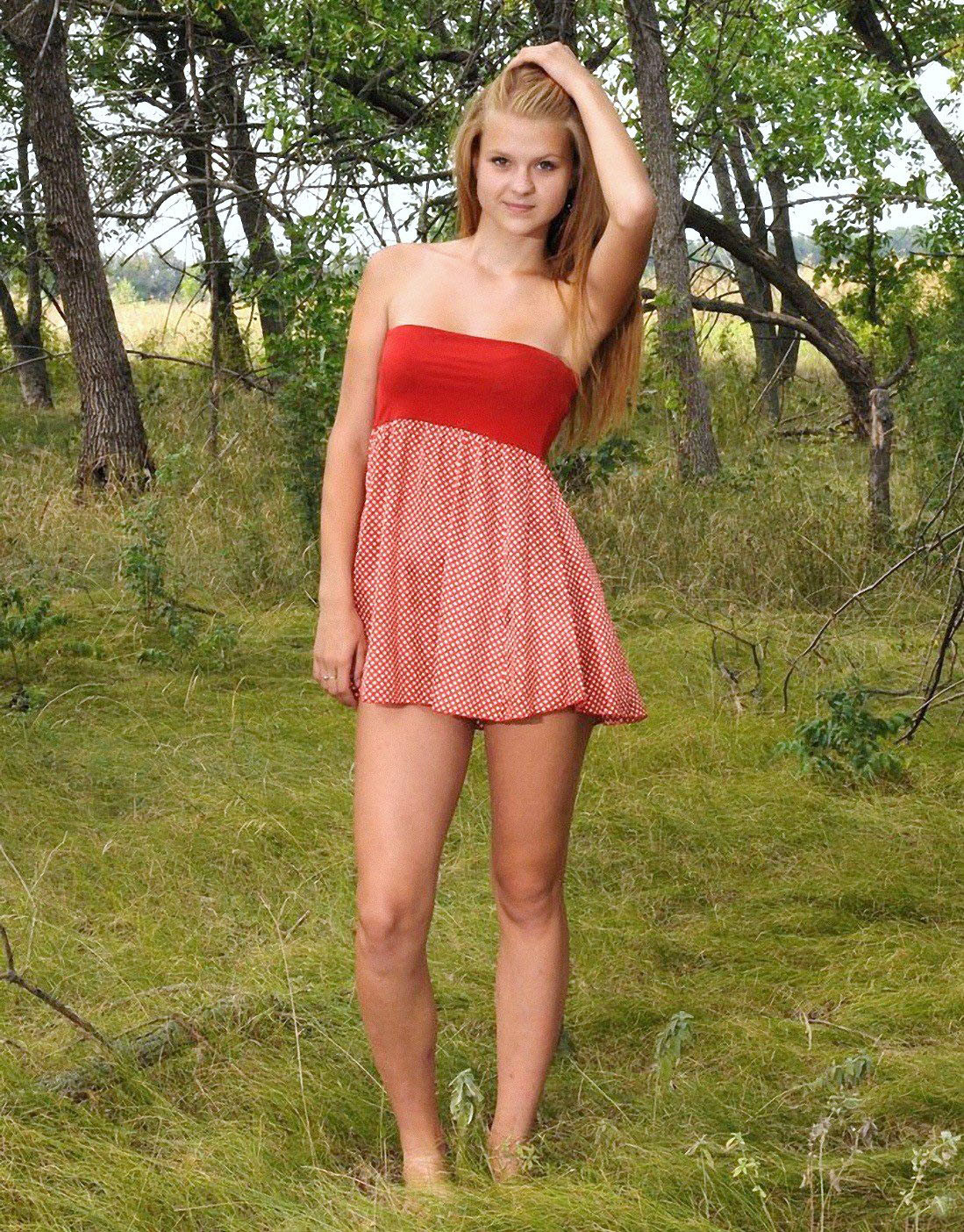 фото девушек в юбках и челках раком